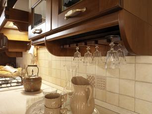Verdiana带有各种实用和有特色的元素,其中包括这里展示的高脚杯架,以及杯架、盘架,调味品吊架等。